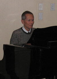 Bud Brewster playing the piano during his presentation at the November 2006 MWSCC dinner meeting.