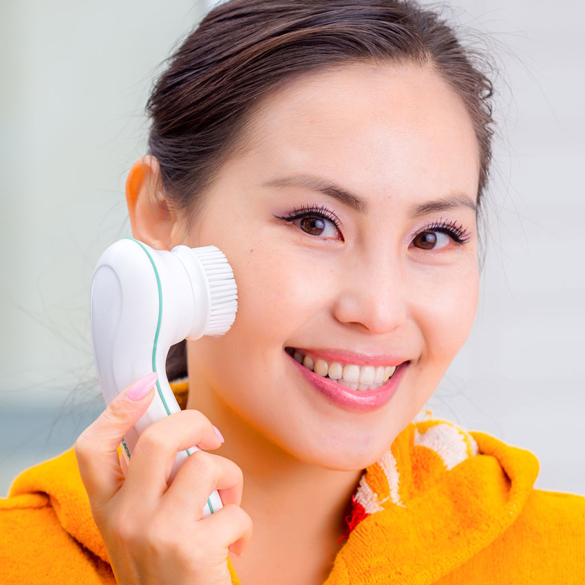 AsianWomanFacialDevice850
